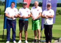 Vier Golfspieler am Golfplatz