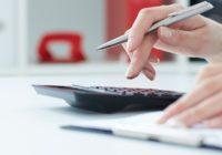 Finger tippen auf Taschenrechner