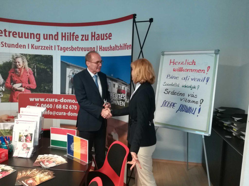 Angelika Pozdena-Tomberger verabschiedet EU-Spitzenkandidat Othmar Karas bei cura domo